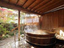 秋の澄んだ空気の中での露天風呂は旅情を掻き立てます。