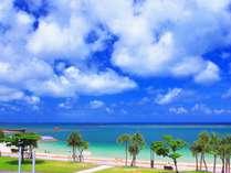 真っ白な砂浜と青い海の広がる常夏の沖縄へめんそ~れ~ ※イメージ