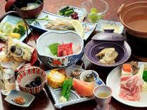 ベテラン女将が作る昔ながらの家庭料理、旬菜や地物を丁寧に調理した夕膳(一例)