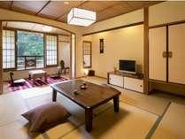 川沿い和室の一例。各部屋趣きが異なる設えになっております。