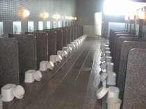 一人一人仕切られた洗い場は隣を気にすることなく洗え、お風呂からお尻が見えないように作られています。