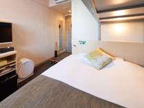 ダブルベッドのうえにロフトベッドがついているお部屋がスーパールームです。(定員2名)