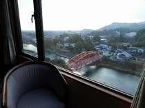 本館川側客室から川上峡のシンボル官人橋をのぞむ眺め