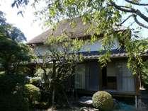 嘉瀬川沿いの古民家のお食事処川上別荘の外観