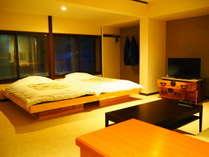 【かけ流しの温泉・シャワー付洋室】リビングと寝室。ベッドは小上がり風のツインです。(一例)