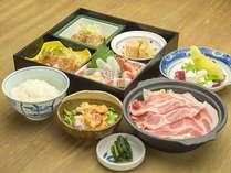 【ご夕食】松花堂弁当とサラダ、デザートが基本構成です。