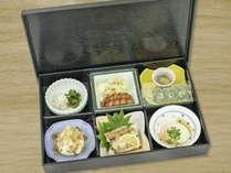 「和食御膳」をお部屋の前に準備しますので、客室でお召し上がりください。