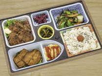 【ルームサービス】上州もち豚生姜焼き定食など選べる定食を「テイクアウト容器」で用意します。