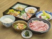 【ご夕食】松花堂弁当とサラダ、デザートが基本構成