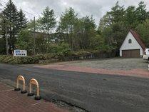 当館目の前の駐車場。広いのでご宿泊者はチェックイン前、後でもご利用可能です!