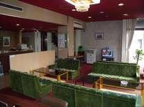 1階ロビーです朝の軽食に商談に、テレビ観戦にAM1:00まで使用可能