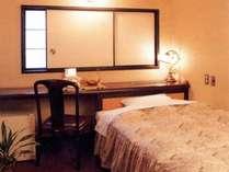 客室 木肌のぬくもりを感じさせるお部屋。