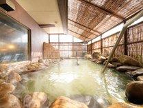 【温泉大浴場/露天風呂】温泉露天風呂で洞爺の自然に耳を傾けて