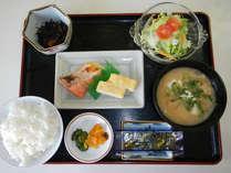 焼魚、出汁巻き卵、小鉢、サラダなどの和朝食です
