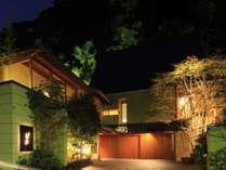 1,200坪の敷地に本館5組・離れ2棟と非常に贅沢に設えた大人の隠れ家