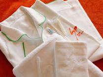アメニティ:ベッドウェアと歯ブラシ、剃刀、タオル