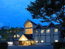 緑に囲まれたホテル(夜)
