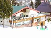 【外観・冬】名木山ゲレンデが目の前!温泉付き宿泊施設です。