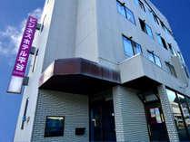 *熊野市駅から徒歩でスグ!JRをまたぐ歩道から当館の看板を見つけていただけると思います!