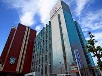 ホテル外観 左側が本館・右側が東館