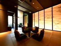 4階、眺望の間の一部屋客室「月里」の主室。主室の先にはテラスと露天風呂が備えられています。