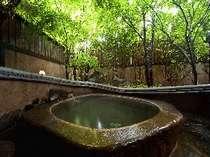 季節の木々を眺めつつ入浴できる貸切露天風呂(桜の湯)