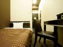 ★ベッド幅120×195cmのセミダブルベッド。お二人様でのご利用も可能です。★