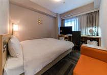 ダブルルームゆったり18㎡。ベットサイズもお広め154cm幅。カップル・ファミリーで快適な宿泊を!