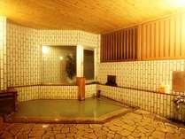 石造りのコンパクトな内湯 天然温泉100%
