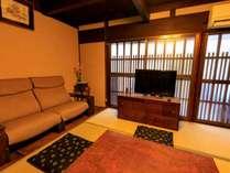 1階リビングはソファのあるくつろぎのスペース。ご家族で広々とお使いいただけます。