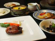 夕食全体・自家栽培野菜や地元食材を使用したこだわりの料理。