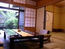 【客室】松籟亭離れ:8+6畳(窓から専用庭の四季をお楽しみ下さい)