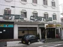 前橋の繁華街の中心部に位置するホテルです