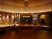 シラカバ材で設えたロビーエントランスは、半円形のアーチが印象的です。