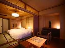 90平米のゆったり和洋室。本間10帖とツインベッドルーム、踏込2帖とソファ空間をご用意。