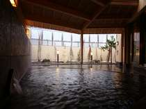 冷たい外気を感じながら浸かる露天風呂は格別。ついつい長湯してしまいそう。