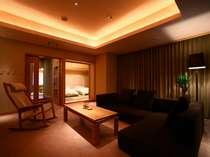 リビングとベッドルーム、寛ぎの和室を備えた110平米スイートルーム。