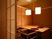 「懐石ダイニング」には、周囲に気兼ねなくお食事を楽しめる個室もご用意しております。