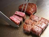 厳選したお肉を目の前で調理。焼き上がる音と香りもごちそうのひとつです。