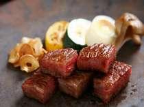 鉄板焼コースのメインの牛肉はA5マーキング。シェフのパフォーマンスもお楽しみください。