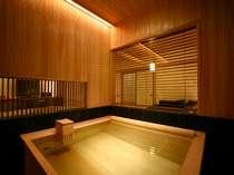 スパリビング付客室の檜内風呂。座るタイプの岩盤浴もご用意しております。
