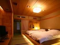 56平米の洋室。室内に備え付けている檜の内湯には、たっぷりと源泉が満たされています。
