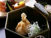 懐繊細に盛り付けられた和食懐石コース。旬の素材をふんだんに使用しています。