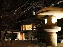 大きな灯篭が印象的なエントランスアプローチ。札幌より便利な無料送迎バスも運行しております。