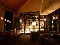2階ゲストラウンジではカクテルやウイスキー、生ビール、ワインなどをフリーでお楽しみいただけます。
