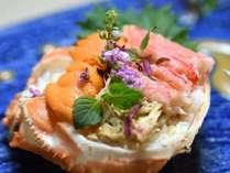 蟹の甲羅に雲丹とズワイ蟹のほぐし身を贅沢に盛り付けたお食事替わりの一皿です。