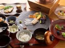 倶楽部の朝食をお昼に。お造りや焼き魚、小鉢、フルーツのゼリー寄せ、釜炊きご飯など