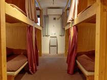 荷物をおけるゆとりのサイズ、カーテン、ベッドライト、コンセント、タオルハンガー、貴重品管理ボックス有