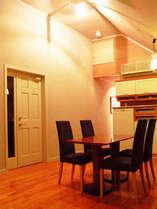 天井の高さがリッチな雰囲気のリビングルーム。グループでのパーティには十分な広があります。