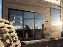 グレーで大きな開口部のある外壁が目印です。